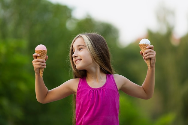 Menina, com, sorvete, parque