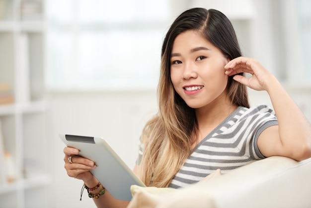 Menina com tablet digital