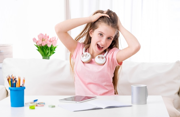 Menina com tablet gritando