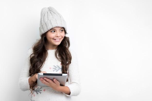 Menina com tablet, olhando para a esquerda