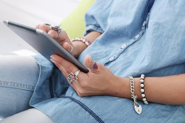 Menina com tablet