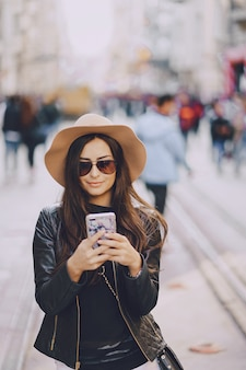 Menina com telefone em istambul