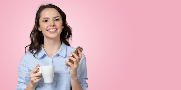 Menina com telefone móvel