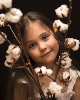 Menina com um buquê de algodão