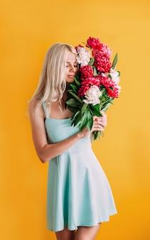 Menina com um buquê de flores