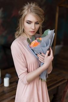 Menina, com, um, buquê flores
