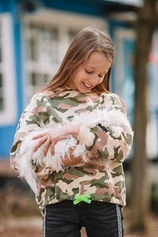 Menina com um cachorrinho branco. um, filhote cachorro, em, a, mãos, de, um, menina