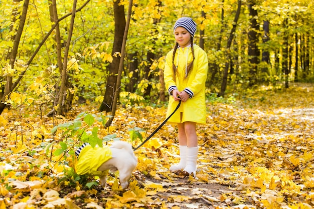 Menina com um cachorro jack russell terrier criança amizade de infância e conceito de animal de estimação cachorro pequeno