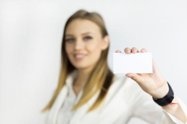 Menina com um cartão de visita puro