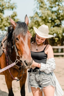 Menina, com, um, cavalo marrom, fazenda