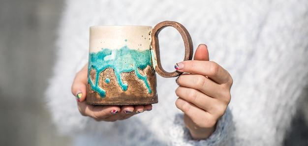Menina com um copo nas mãos