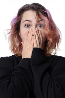 Menina com um corte de cabelo em um branco. emoção brilhante de surpresa. cabelo vermelho.