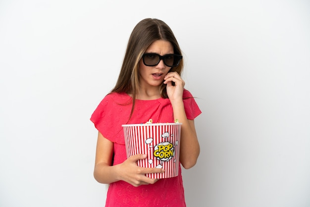 Menina com um fundo branco isolado com óculos 3d e segurando um grande balde de pipocas