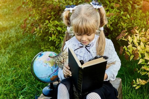 Menina com um gato e um livro