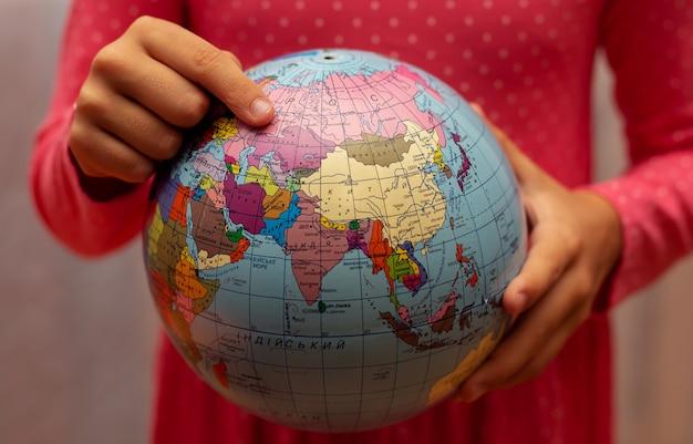 Menina com um globo do mundo