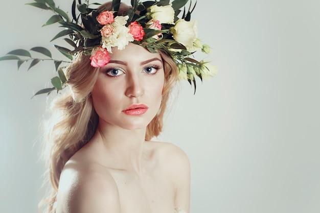 Menina, com, um, grinalda flores, ligado, dela, cabeça