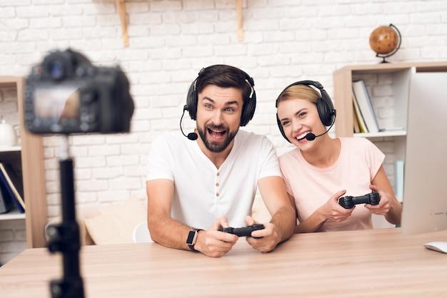 Menina com um homem joga videogame no escritório.
