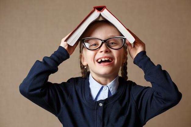 Menina com um livro na cabeça dela
