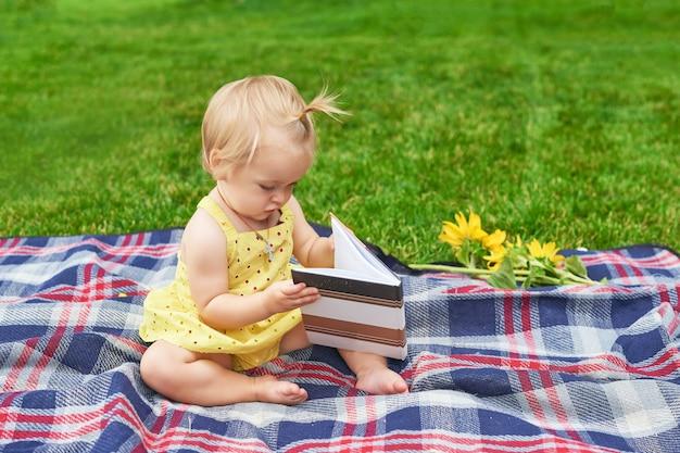 Menina com um livro no parque