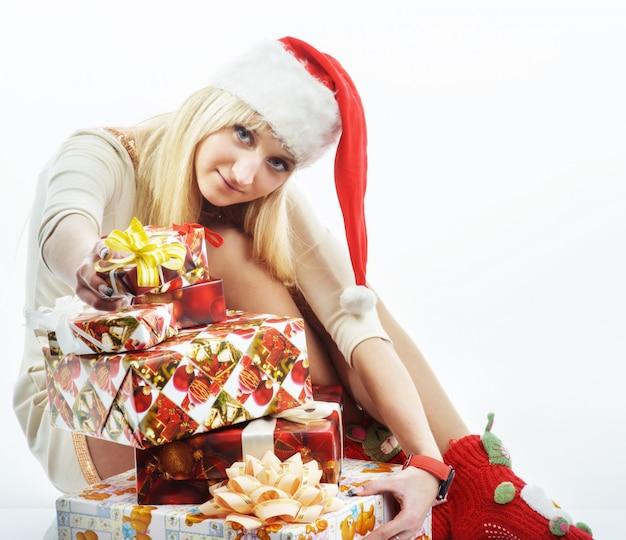 Menina com um presente de natal