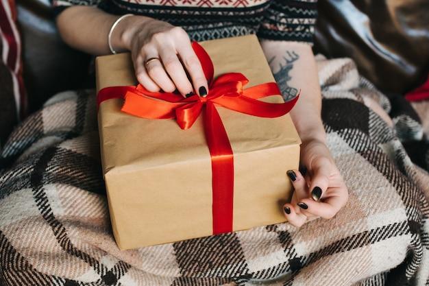 Menina com um presente no colo
