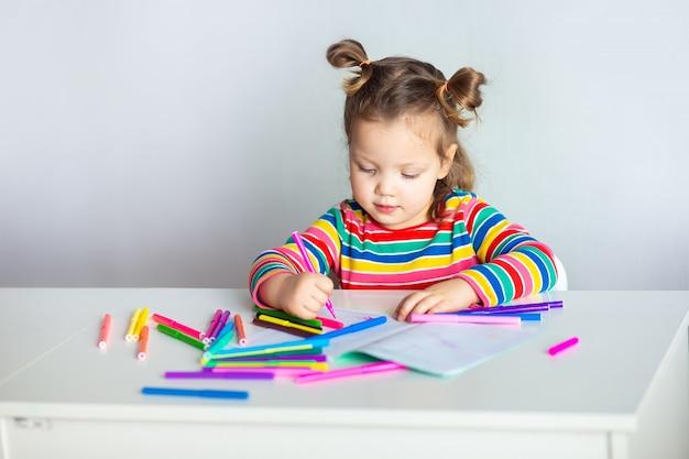 Menina com um rabo de cavalo em um desenho de jaqueta listrada colorida