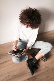 Menina com um tablet