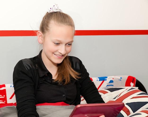 Menina, com, um, tablete digital