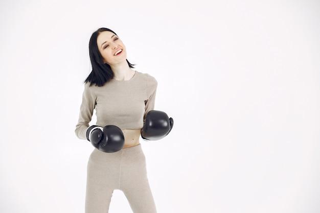 Menina com um uniforme esportivo. mulher em um fundo branco. desportista com um corte de cabelo curto.