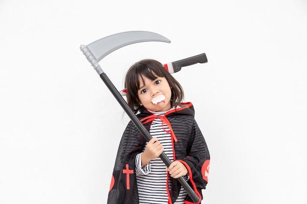Menina com um vestido misterioso de halloween segurando uma foice no fundo branco
