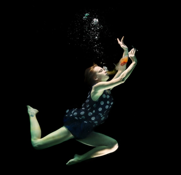 Menina com um vidro sob a awater