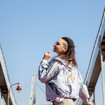 Menina com uma aparência brilhante caminha na cidade de primavera