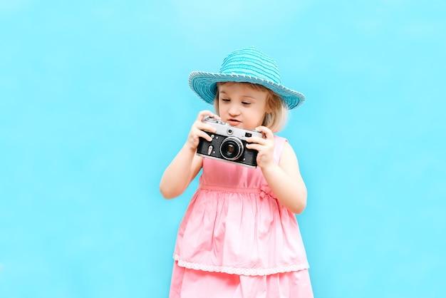 Menina com uma câmera na mão no estúdio