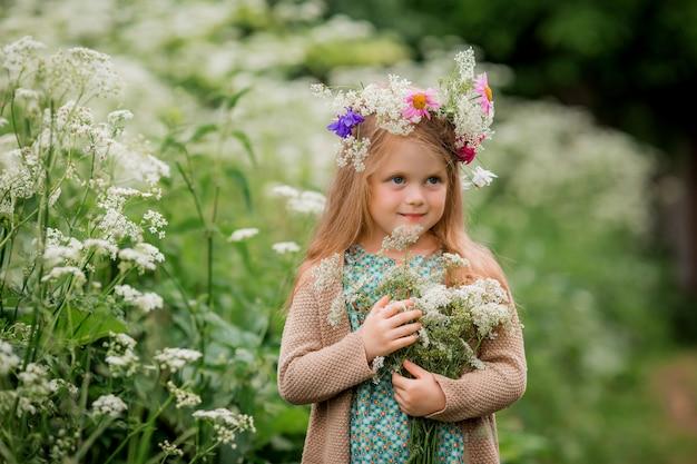 Menina com uma coroa de flores na cabeça para passear