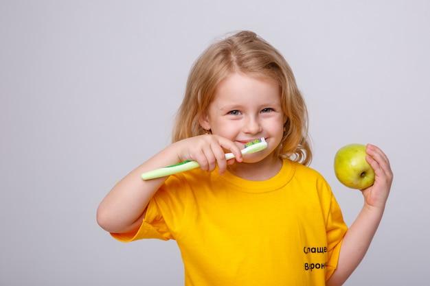 Menina com uma escova de dentes
