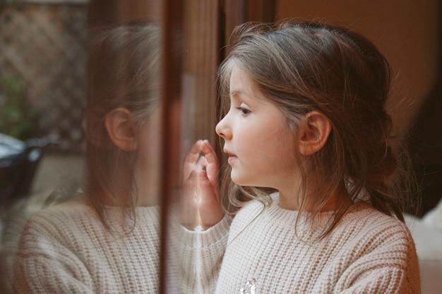 Menina com uma expressão de tristeza