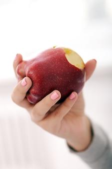 Menina com uma maçã