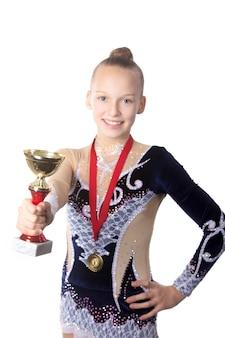 Menina com uma medalha e um troféu