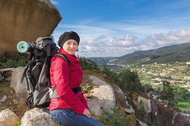 Menina com uma mochila em uma caminhada. outono nas montanhas.