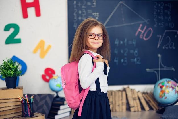 Menina com uma mochila escolar
