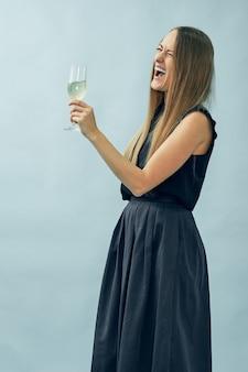 Menina com uma taça de champanhe