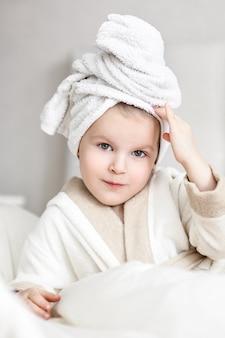 Menina com uma toalha branca na cabeça dela