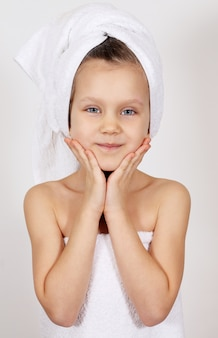 Menina com uma toalha