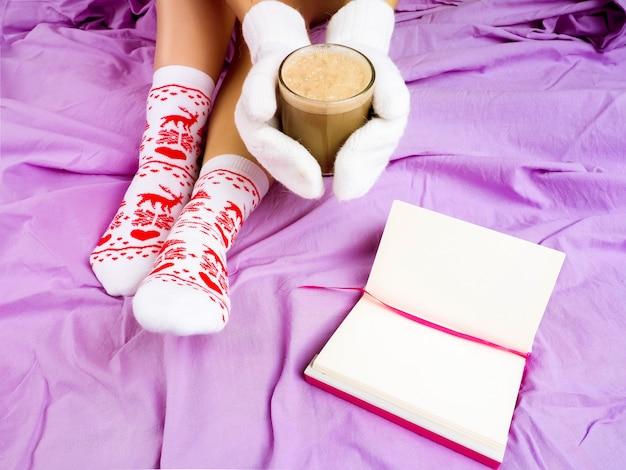 Menina com uma xícara de café, próximo livro, configuração de natal, meias para o natal