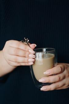 Menina com uma xícara de café quente nas mãos
