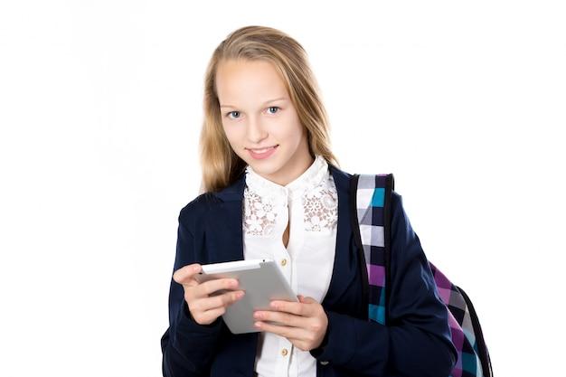 Menina com uniforme escolar e uma mochila Foto Premium