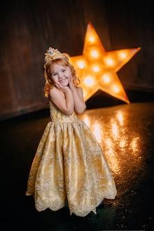 Menina com vestido luxuoso sorrindo e olhando para a câmera no estúdio