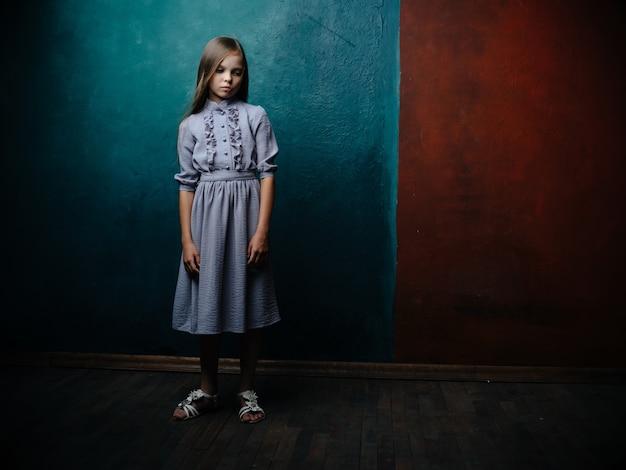 Menina com vestido posando fundo de estúdio isolado