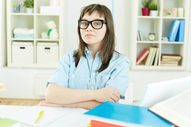 Menina com vidros fazem trabalhos de casa