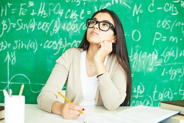 Menina com vidros na sala de aula